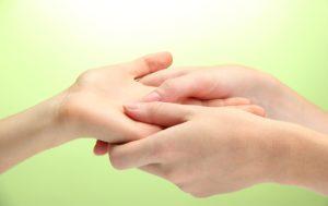 К чему чешется левая рука у женщины